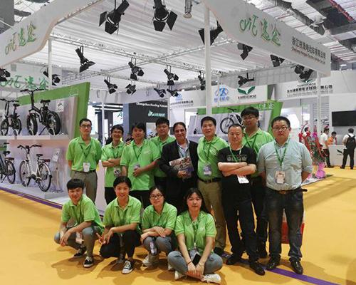 ÉQUIPE DE SHOW-SALES SHANGHAI INTERNATIONAL BICYCLE 2016 ET DESIGNER DE MARQUE ITALIENNE